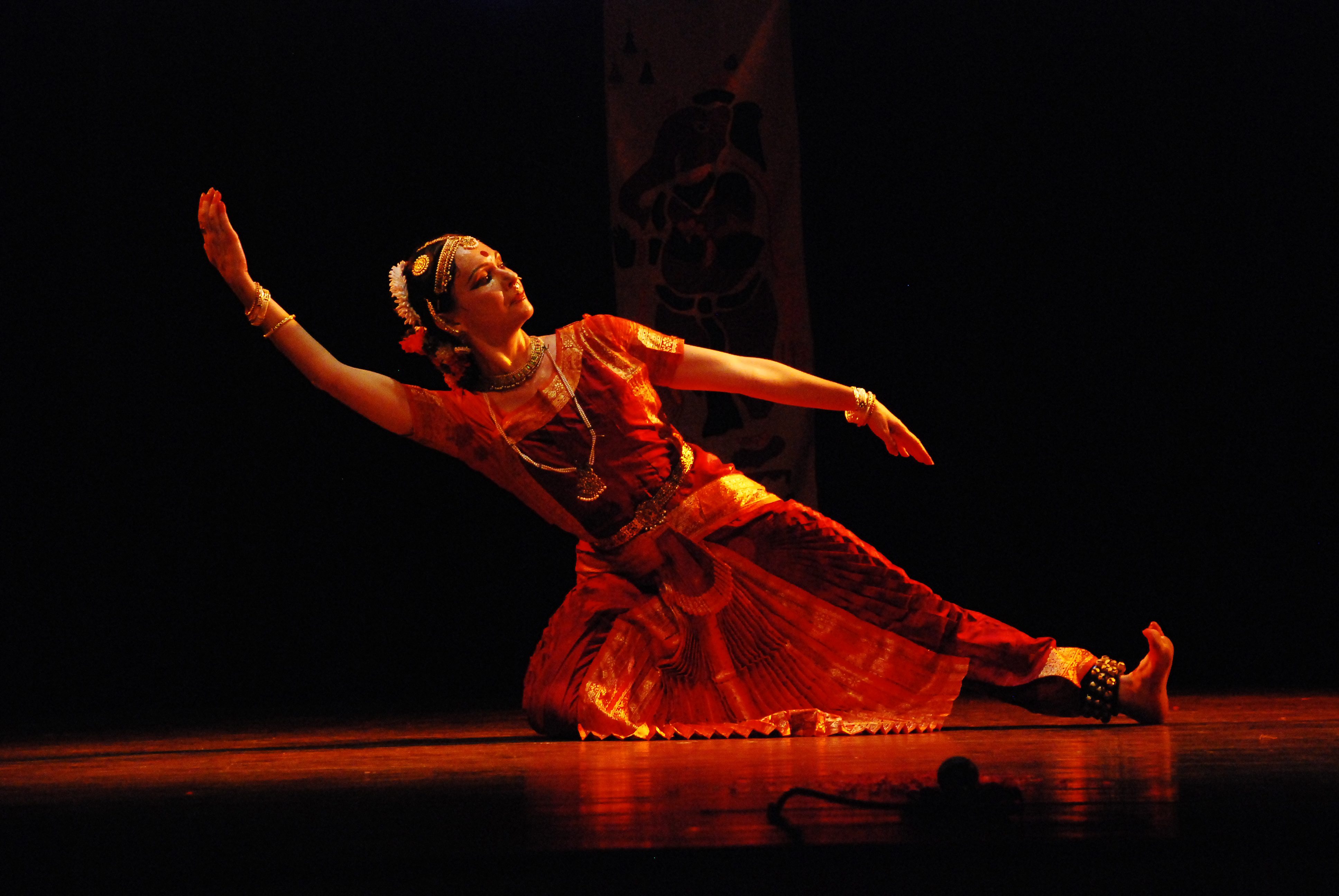 The live, one-on-one, real time, interactive online  				Bharatanatyam dance class lessons are conducted through Skype and these online dance classes are available to learn all the major  				Bharatanatyam dance styles – Kalakshetra, Pandanallur Thanjavur, Mellatur, Kalamandalam and Vazhuvoor schools of  				Bharatanatyam Adavu dancing.